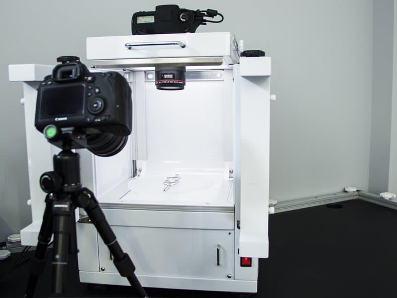 jewel photoshooting inside packshot photo studio